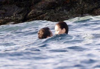 Nicolas-Sarkozy-Carla-Bruni-baiser-dans-la-mer