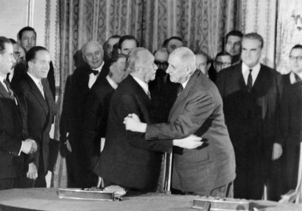 507198_le-general-de-gaulle-d-embrasse-le-chancelier-allemand-konrad-adenauer-d-apres-la-signature-du-traite-de-cooperation-franco-allemand-le-22-janvier-1963-a-l-elysee